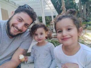 אלמוג קינן עם הבנות שלו
